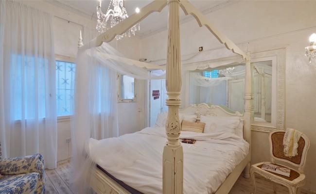canopy-queen-bed